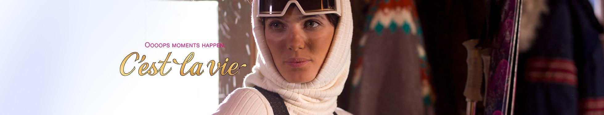 Gebruinde vrouw met witte huid waar een skibril heeft gezeten.