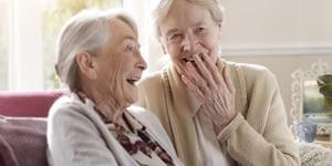 Un'infermiera e un'anziana signora piacelvomente insieme