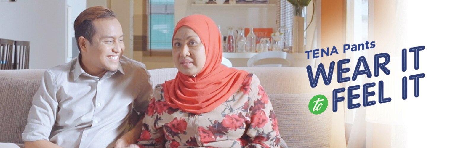 Ibu dan anak berbual mengenai TENA Pants di ruang tamu