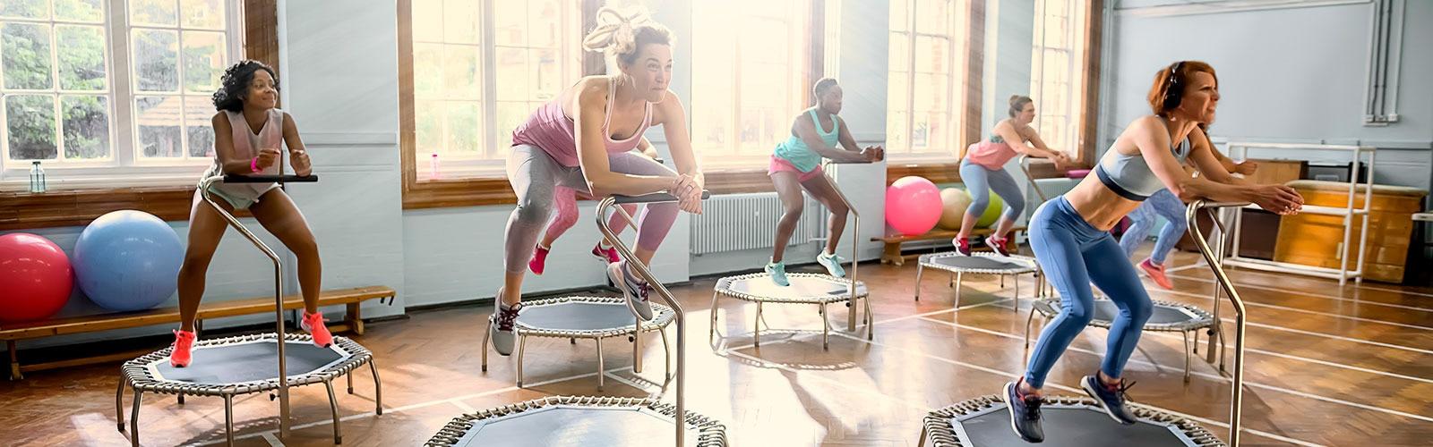 egzersiz yapan kadınlar trambolinin üzerinde zıplıyorlar