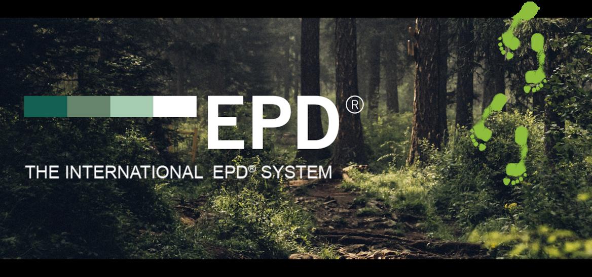 Solstråler gennem høje fyrretræer skaber lyspletter på jorden i en mørk skov. EPD-logoet ligger henover billedet.