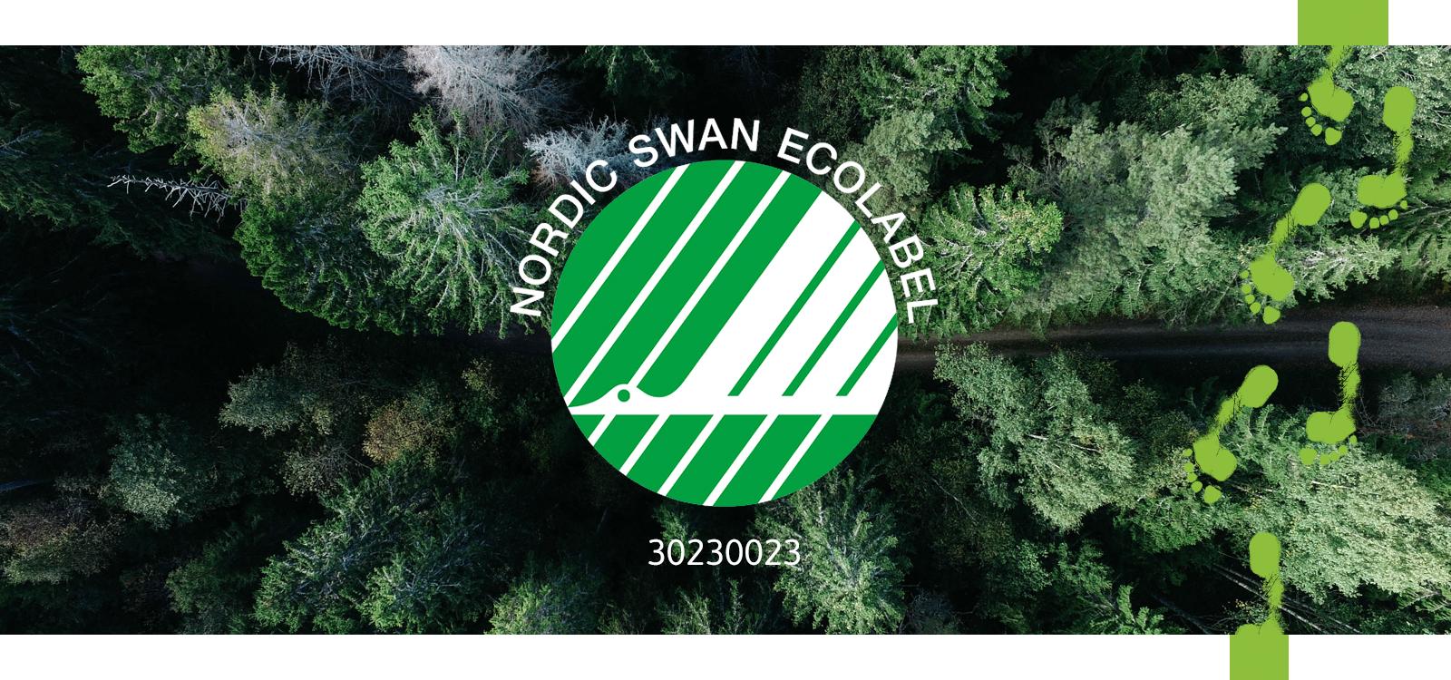 En nåletræsskov med en sti, der løber igennem, set i fugleperspektiv. Oven på billeder ses det grønne og hvide Svanemærke logo, der forestiller en flyvende svane.