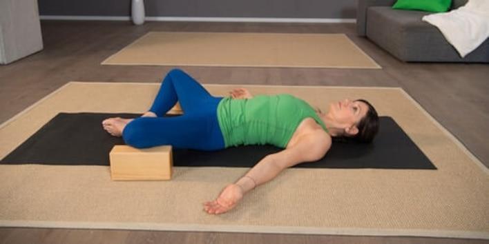 Yoga Pilates Übung - Lotusblüte erblühen lassen