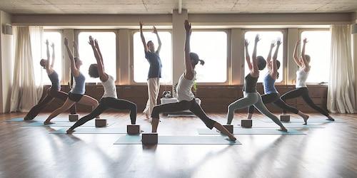 Otto ragazze durante una lezione di yoga.