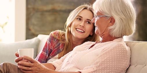 Młodsza i starsza kobieta przy herbacie – od czego zacząć