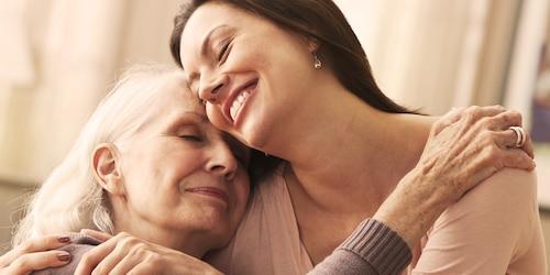 Jeune femme serrant dans ses bras une femme âgée – comment gérer une baisse de l'état de santé de votre proche