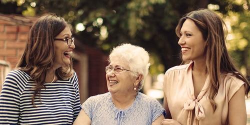 Ältere Frau mit zwei jüngeren Frauen im Freien – wie sich Älterwerden auf unsere Mobilität auswirkt