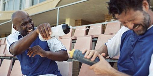 Zwei Männer beim Fußball.