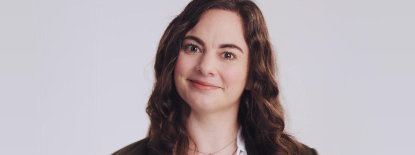 Donna sorridente su sfondo grigio