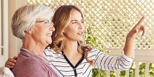 Femme âgée et femme plus jeune discutant dehors – ce à quoi vous attendre en devenant aidant