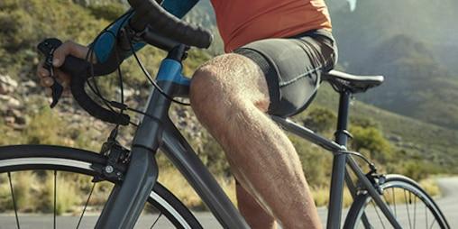 Mann fährt Rennrad.