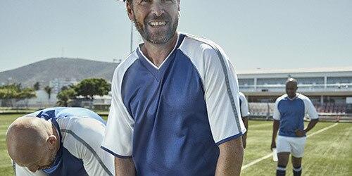 Ein Mann spielt Fußball.