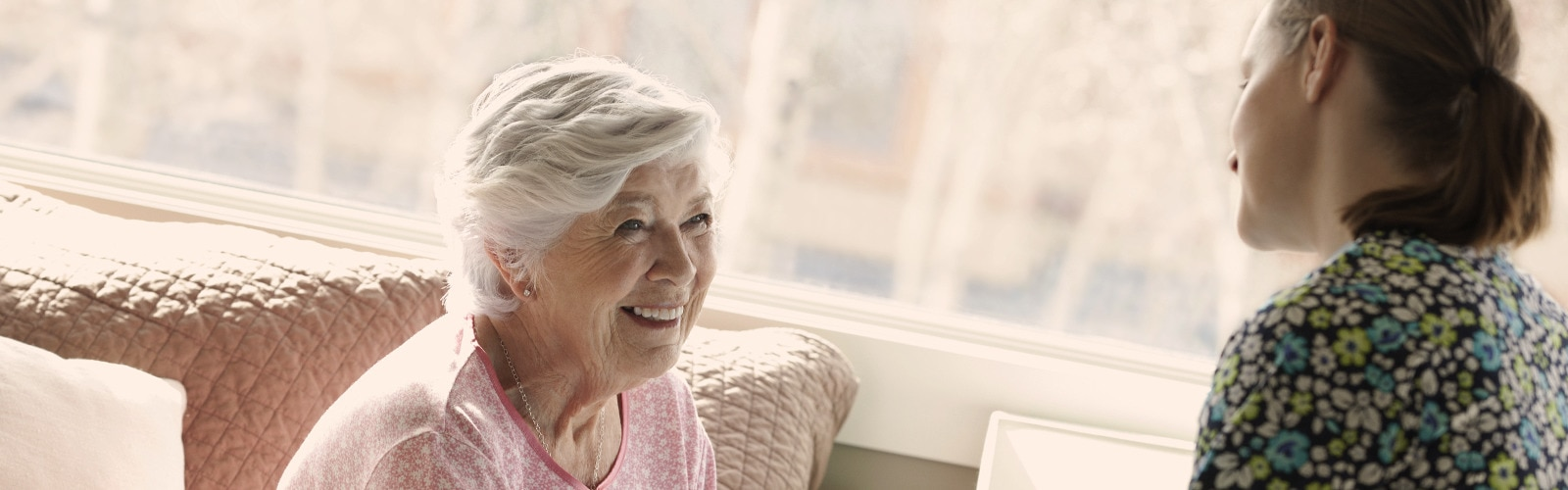 Mlajša ženska in starejša gospa se pogovarjata – izvedite, kaj povzroča inkontinenco