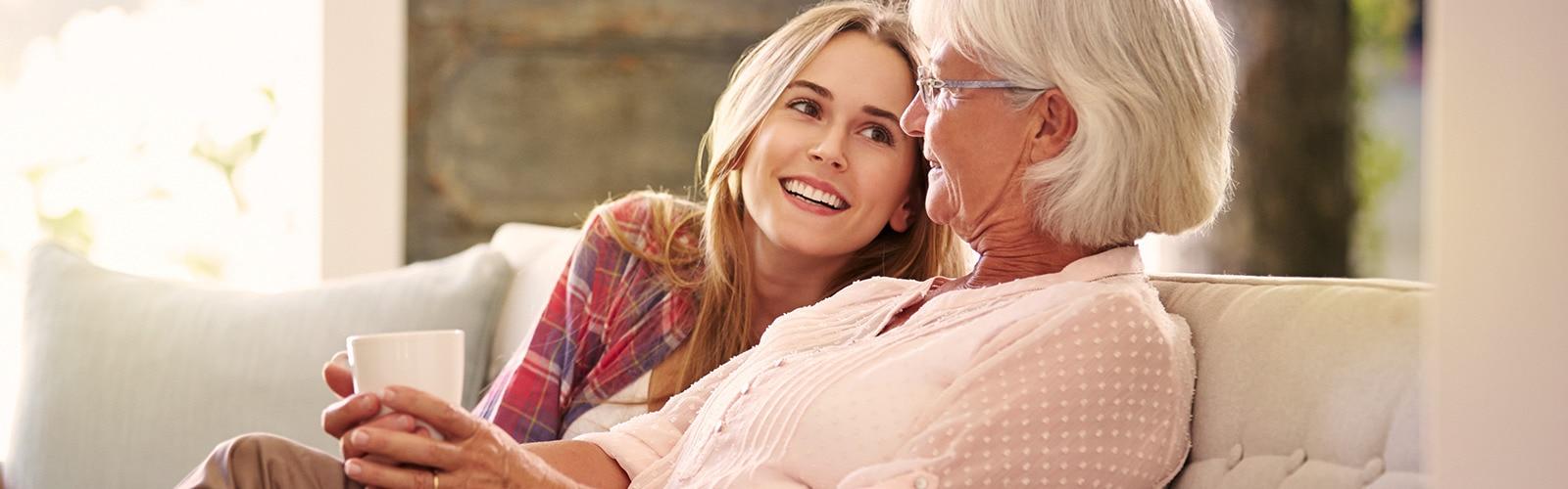 Mladšia žena a staršia žena si vychutnávajú čaj – čo urobiť ako prvé