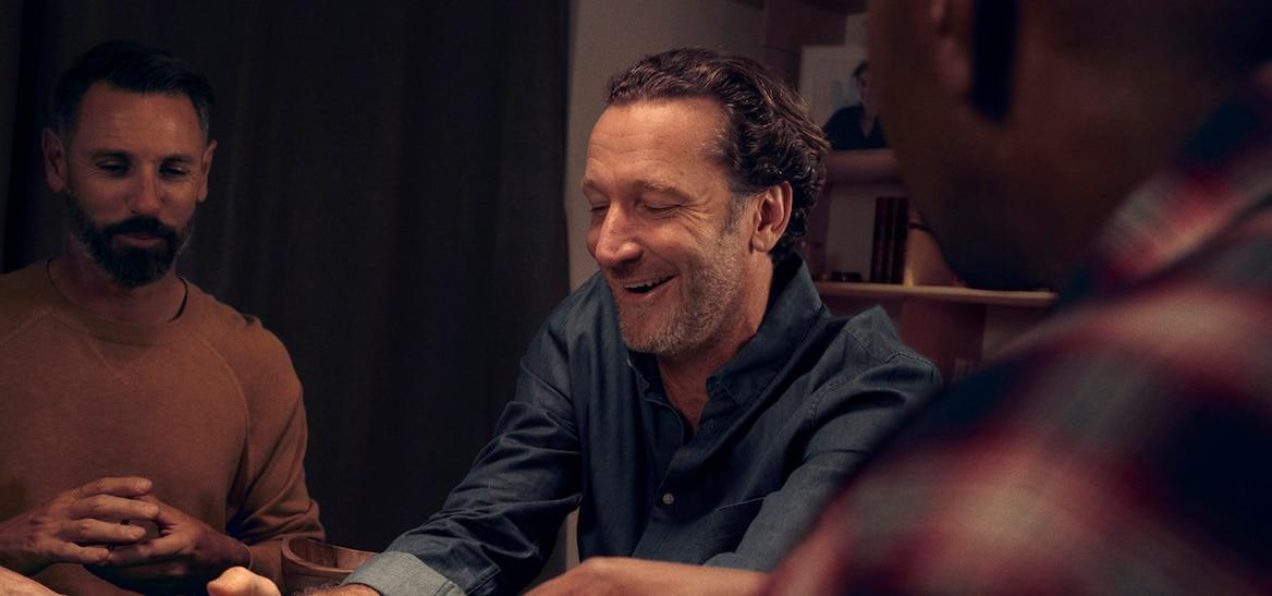 Männer spielen Poker.