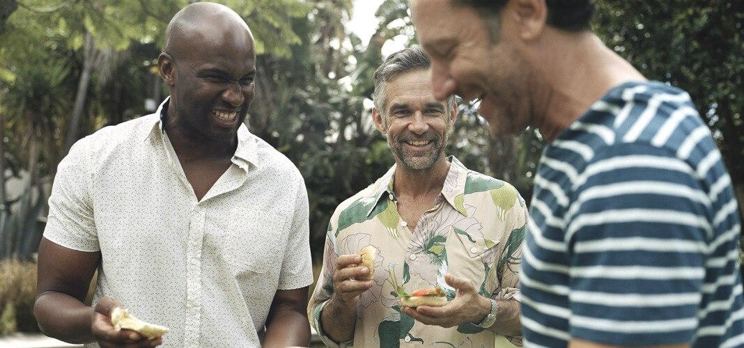 Männer beim Grillen.