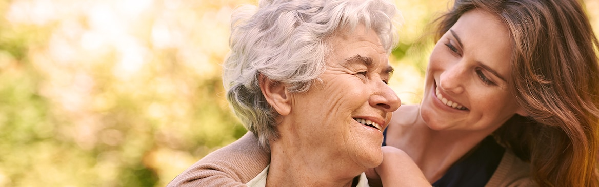 Mlajša ženska objema starejšo – razumevanje vrste inkontinence pri vaših bližnjih