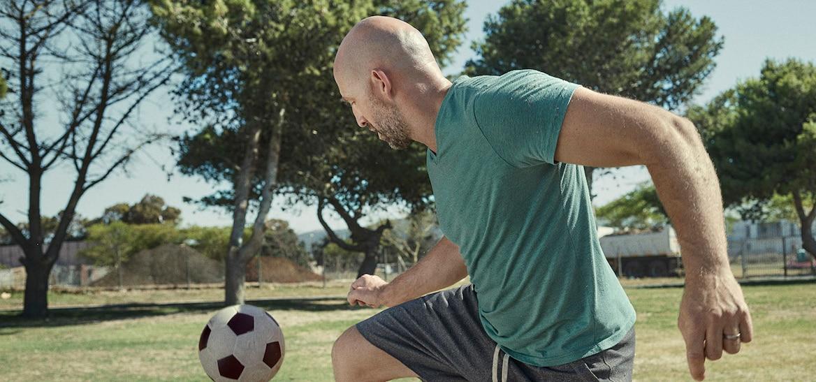 Ein Mann spielt Ball hochhalten.