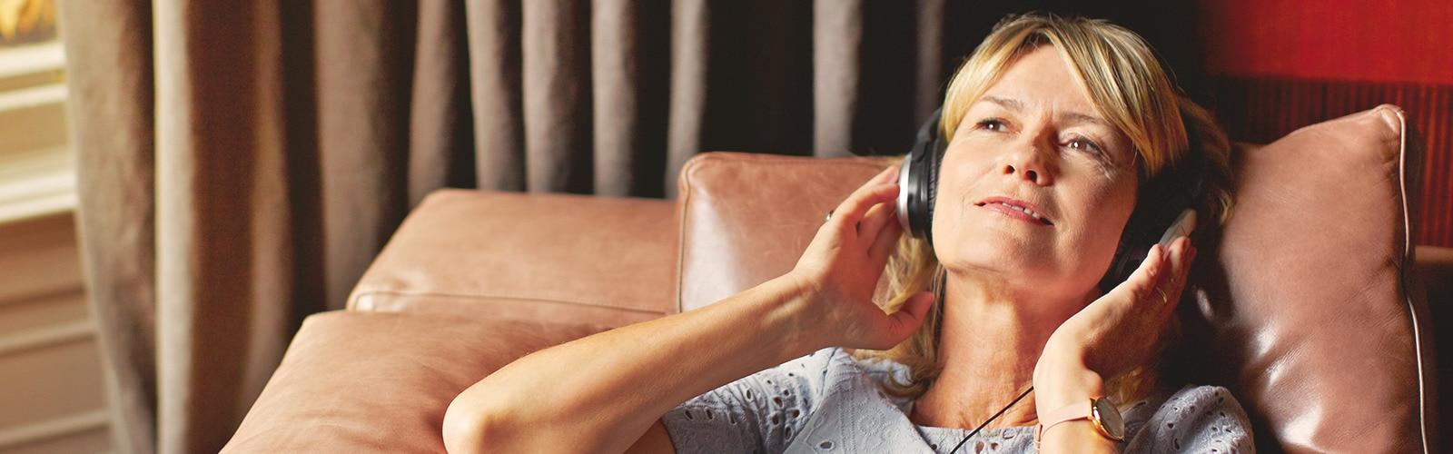 Wanita bersantai dan mendengar muzik