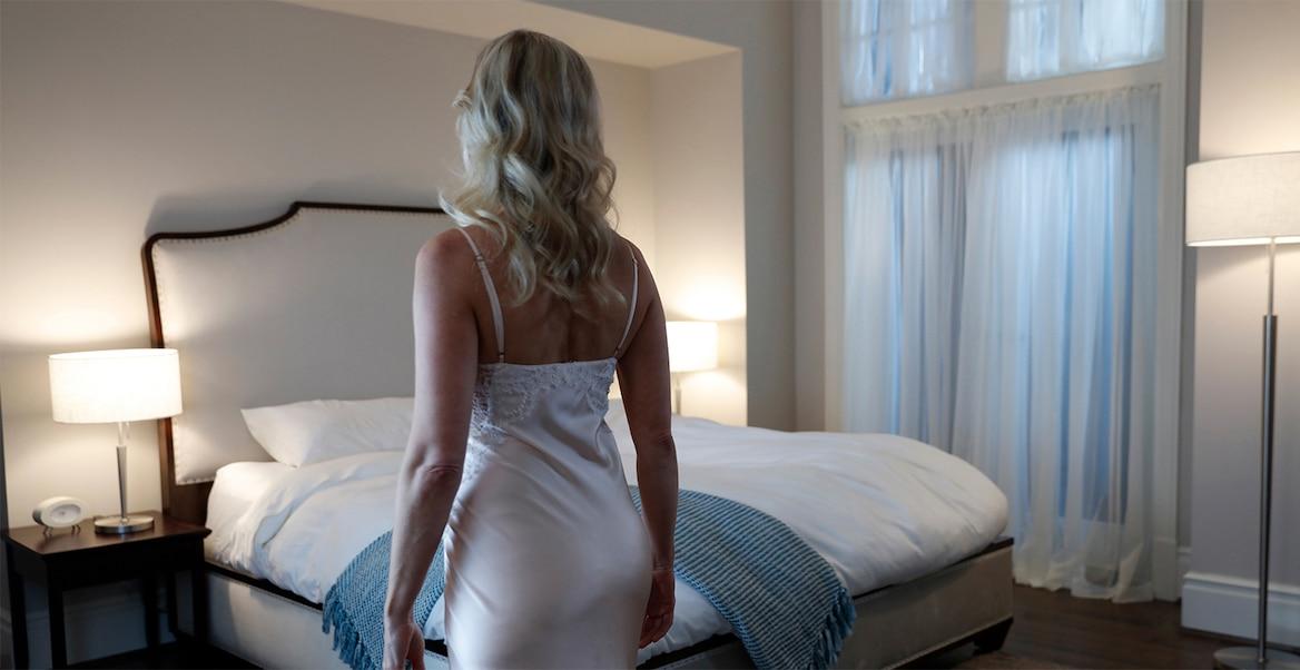 Öösärki kandev naine valmistub voodisse minema.