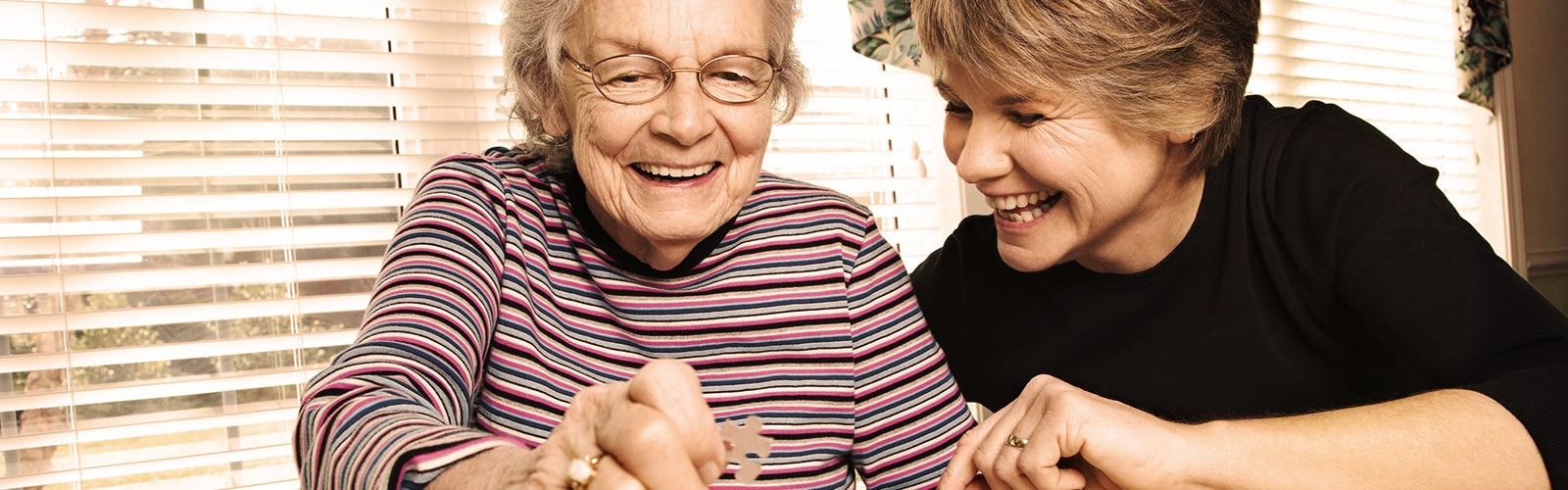 Mlada i starija žena slažu slagalicu – aktivnosti s najmilijima