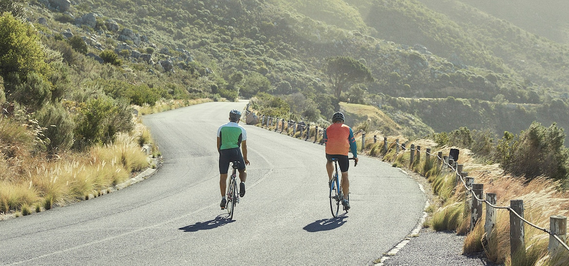Männer fahren Rennrad.