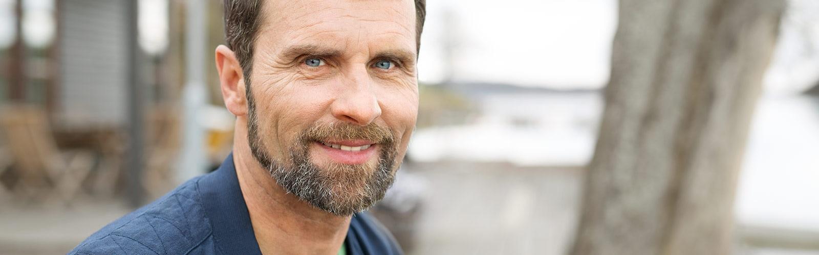 Uomo con la barba che sorride