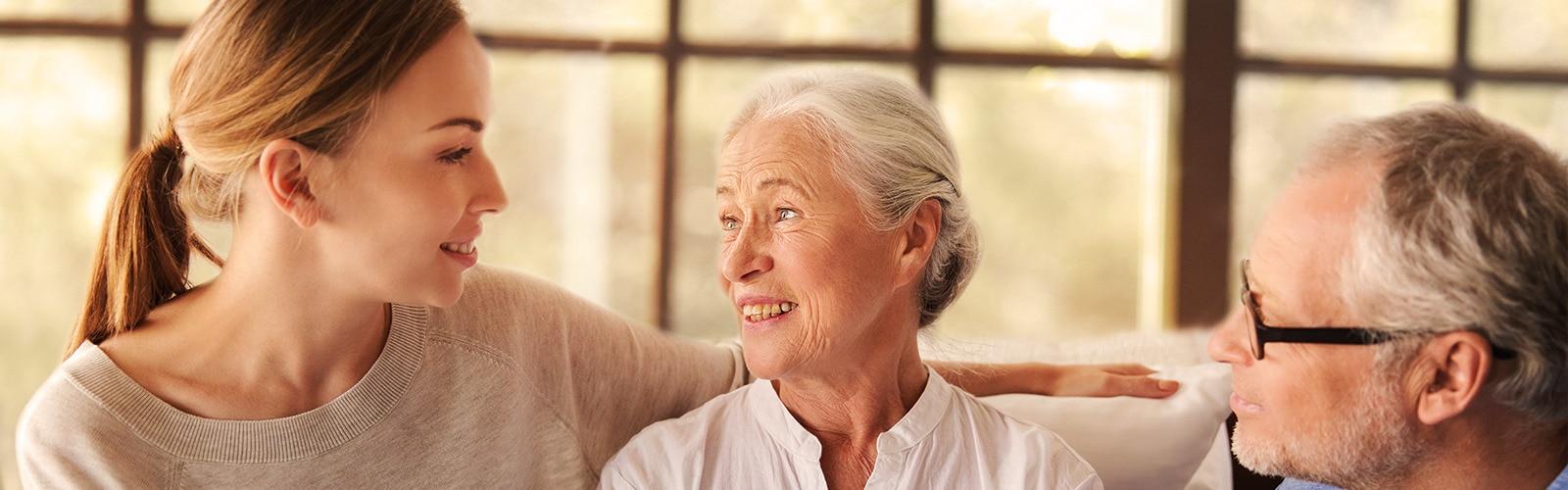 Starejši par sedi z mlado žensko – kako skrbeti za bližnjega, ne da bi se preveč naprezali.