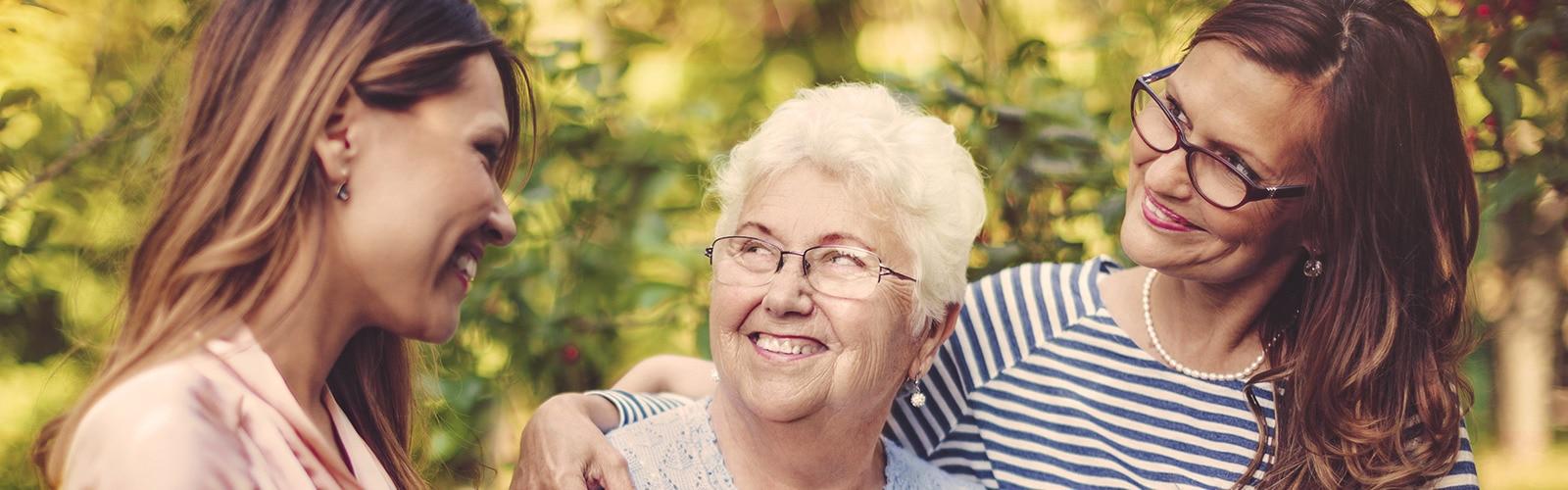 Žena v seniorskom veku s dvoma mladšími ženami – rozdelenie vašej opatrovateľskej práce