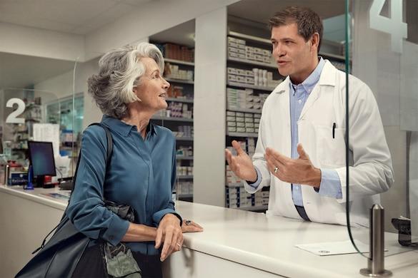 TENA-Lifestyle-Pharmacy-woman-and-pharmacist_V2.jpg