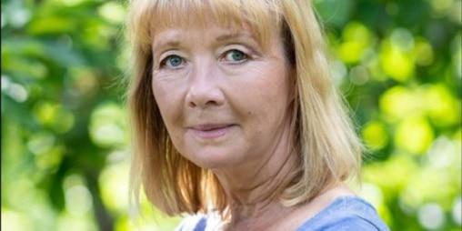 Vrouw in groene achtergond