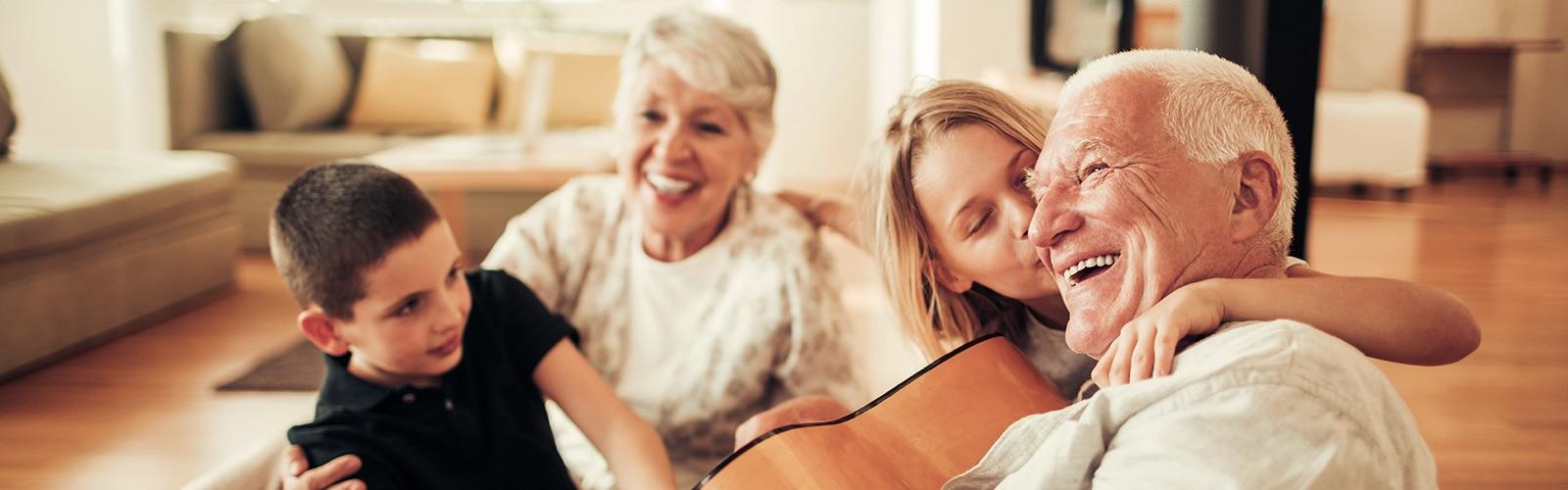Starší pár si vychutnáva čas so svojou rodinou – vyvrátenie mýtov o inkontinencii