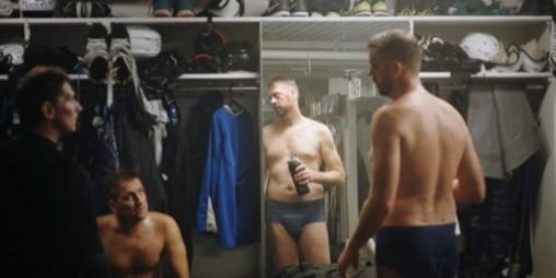 drie mannen in een kleedkamer