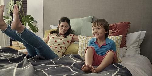 Femme sur son canapé à côté de son fils