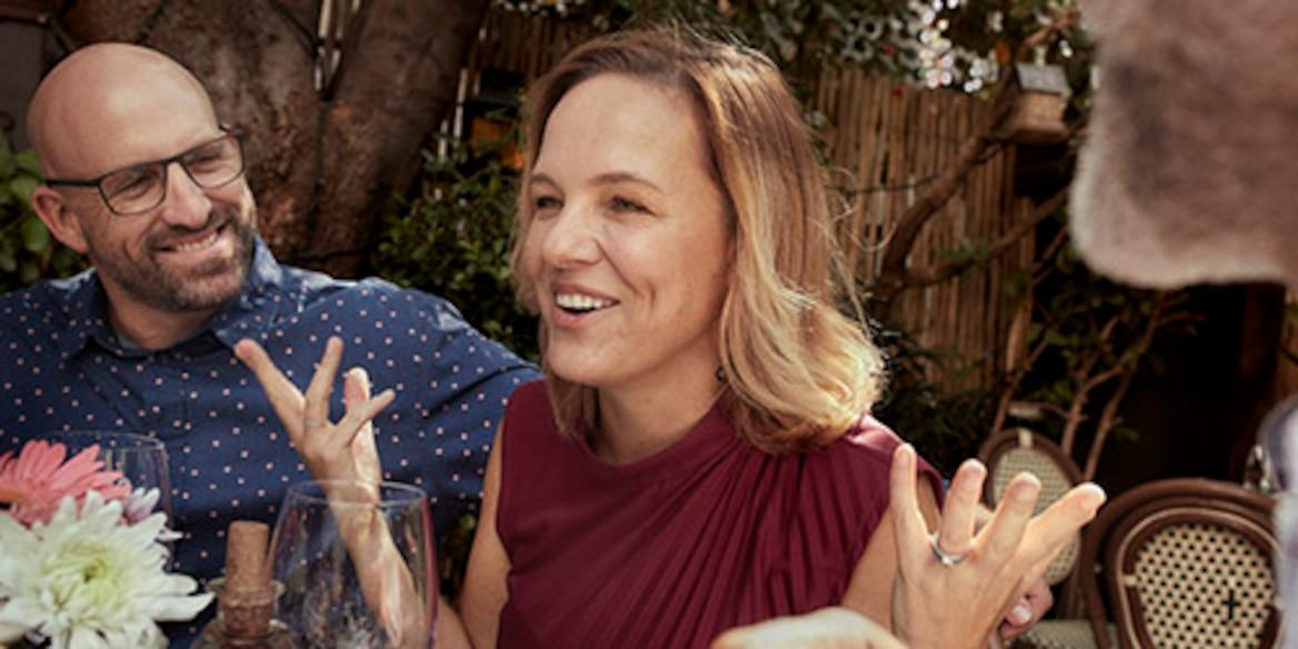 TENA Lifestyle kvinna berättar under middagen