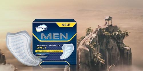 Paket Protektoren für Männer vor der Kulisse eines Berges.