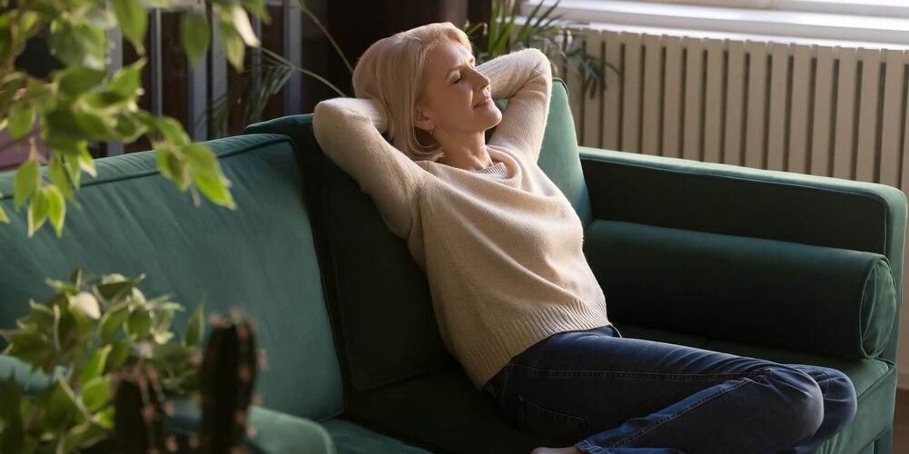Eine Frau entspannt auf einer Couch.