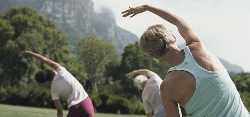 Skupina žien, cvičí v parku
