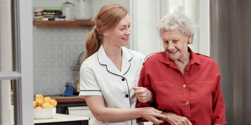 Verpleegkundige en oudere vrouw, lopend