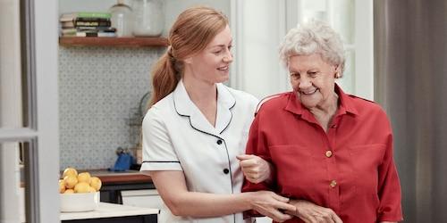 Krankenschwester und ältere Dame beim Spaziergang