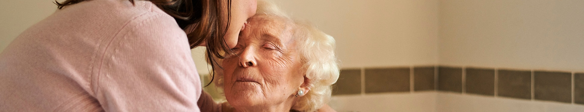 Žena bozkávajúca svoju matku.