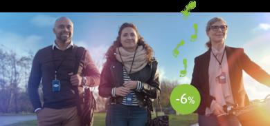 En man och två kvinnor med varsitt nyckelband från TENA runt halsen tittar förbi kameran och ler.