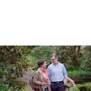 Par som tar en promenad i naturen