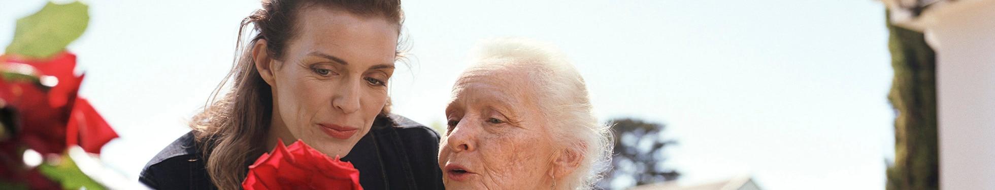 Femme âgée et une jeune femme jardinent – Guide pour vous aider à prendre soin votre proche