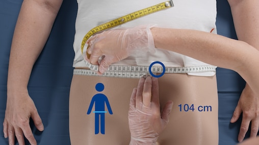 Кадр из видеоролика, в котором ухаживающий за близким помогает надеть подопечному, сохранившему частичную подвижность, подгузник TENA Slip.