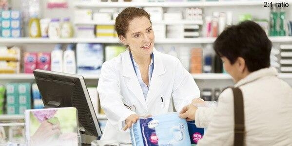 Vaistininkė konsultuoja klientę