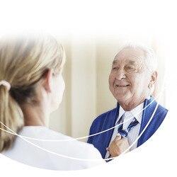 Glad man får hjälp med slipsen