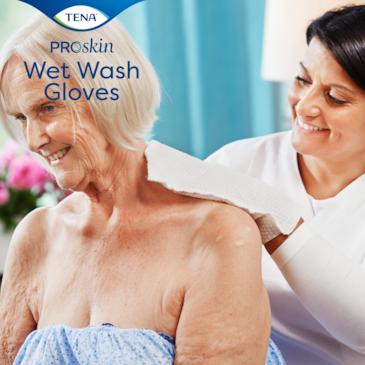 TENA ProSkin Wet Wash Gloves sind griffig und decken die Hand für eine gute Hygiene bei der Inkontinenzversorgung vollständig ab