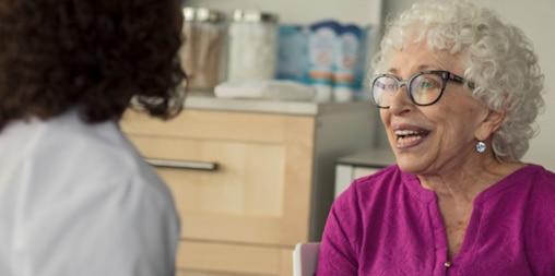 Patient som diskuterar TENA med sin läkare