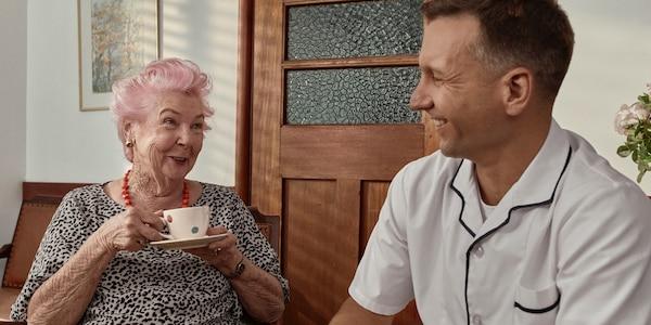 Žena s inkontinenciou pije čaj
